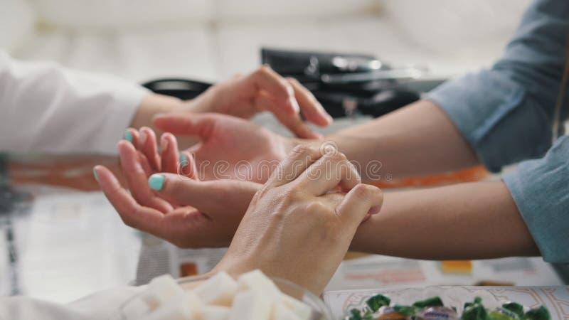 Impulsdiagnose mit der Hand auf einer tibetanischen Medizin lizenzfreie stockbilder