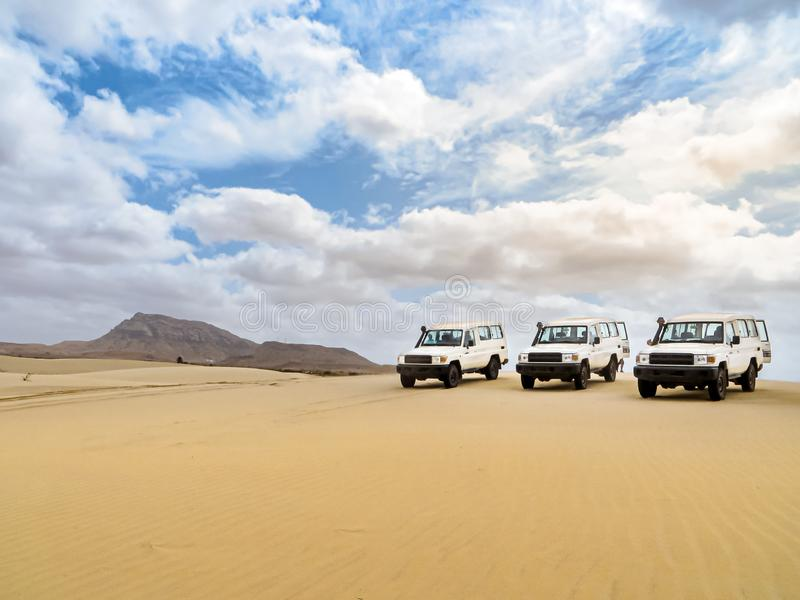 Impulsión de la duna en SUV en el Boa Vista de la isla, Cabo Verde imagenes de archivo