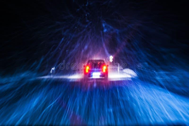 Impulsión de la noche del coche de la nevada imagenes de archivo