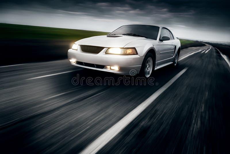 Impulsión de la velocidad del coche fotografía de archivo