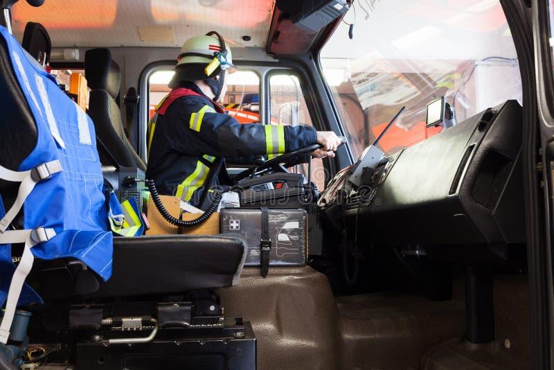 Impulsión del bombero un coche de bomberos imagenes de archivo