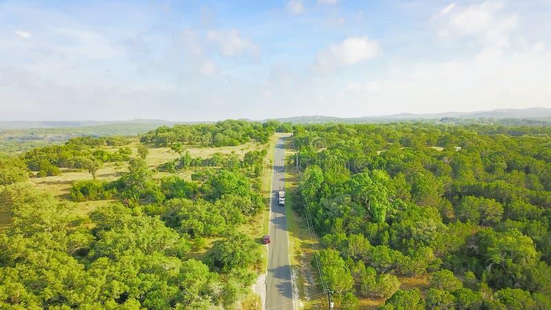 Impulsión escénica de la visión aérea a través del rancho del país de la colina en Tejas, los E.E.U.U. imagen de archivo libre de regalías