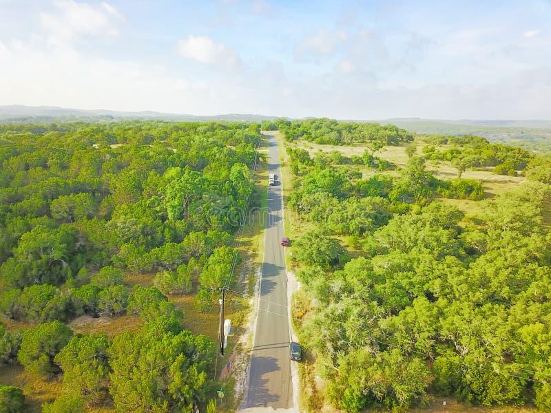 Impulsión escénica de la visión aérea a través del rancho del país de la colina en Tejas, los E.E.U.U. fotos de archivo