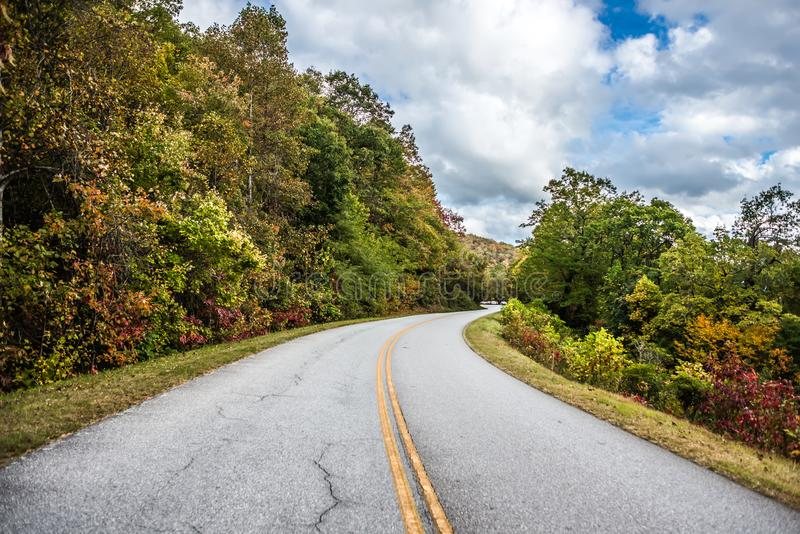 Impulsión escénica del otoño a lo largo de la ruta verde azul del canto foto de archivo