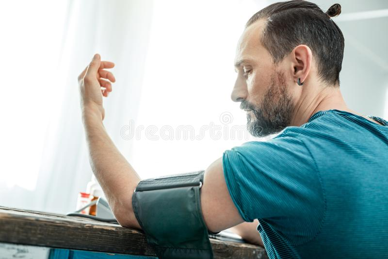 Impulsion de mesure de fléchissement de main d'homme inébranlé fixe images libres de droits