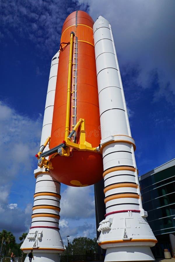 Impulsionador de Rocket do vaivém espacial na frente da construção de Atlantis fotografia de stock