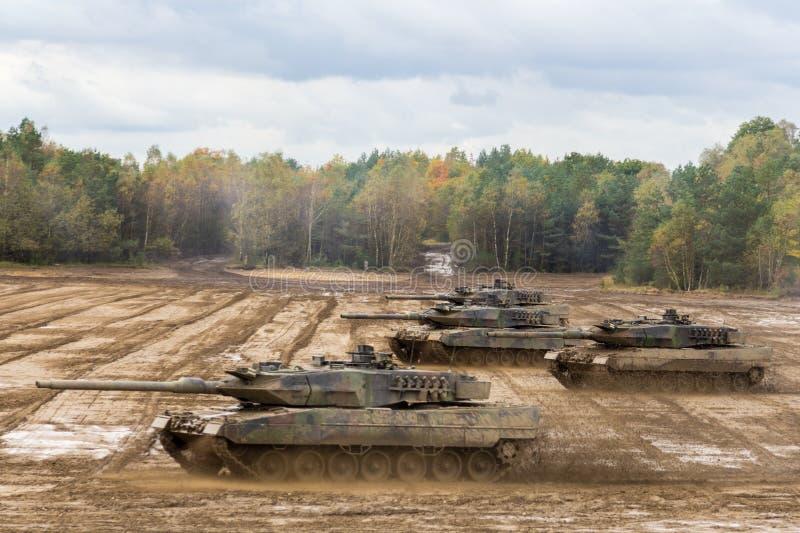 Impulsiones alemanas de tanque de batalla principal en campo de batalla foto de archivo libre de regalías