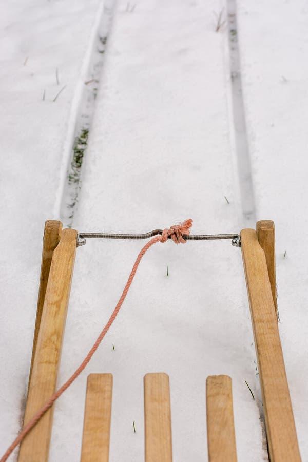 Impulsiones del trineo a través de marcas de resbalón en la nieve foto de archivo