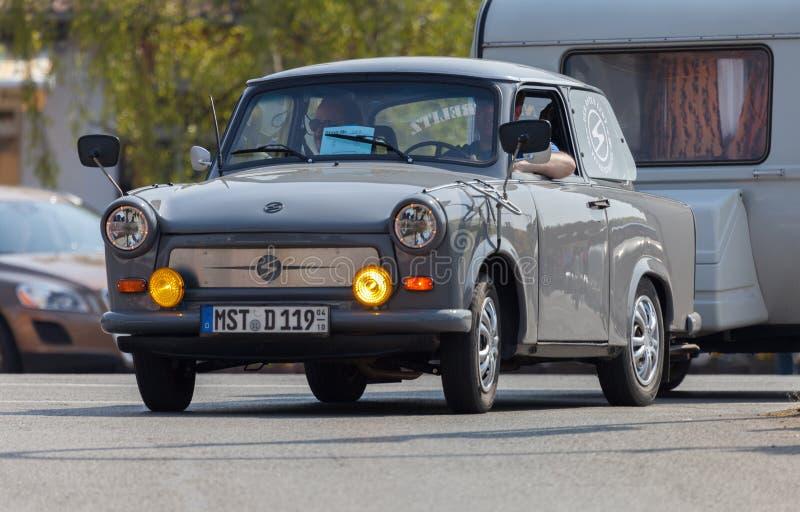 Impulsiones trabantes alemanas del coche en una calle fotografía de archivo