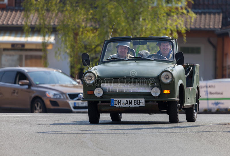 Impulsiones trabantes alemanas del coche en una calle imagen de archivo
