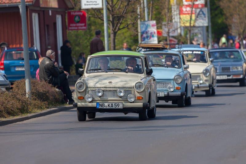 Impulsiones trabantes alemanas del coche en una calle foto de archivo