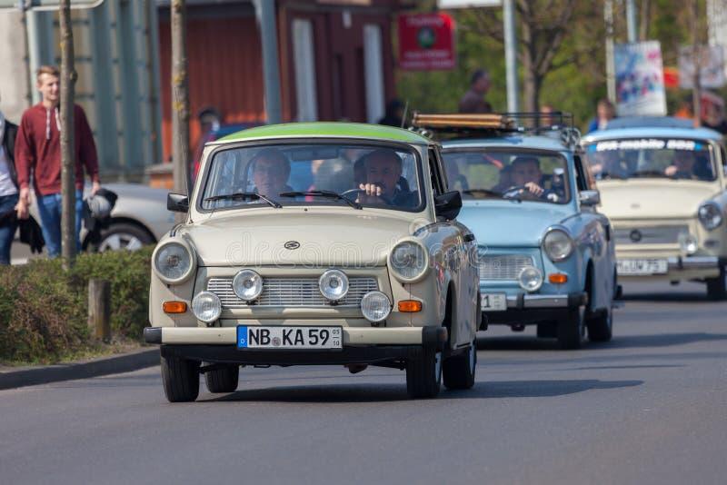 Impulsiones trabantes alemanas del coche en una calle imagen de archivo libre de regalías