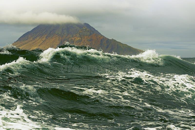 Impulso de tempestade no fundo das ilhas de Kuril imagem de stock