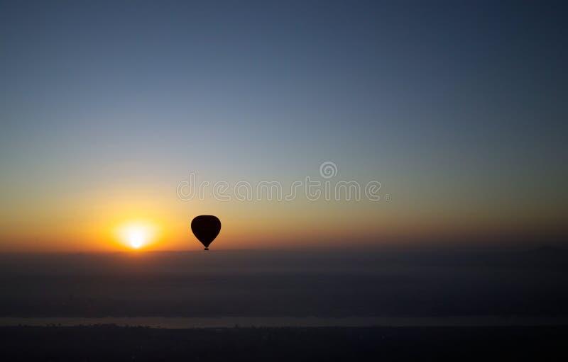 Impulso del aire caliente sobre el Nilo en el amanecer imagen de archivo
