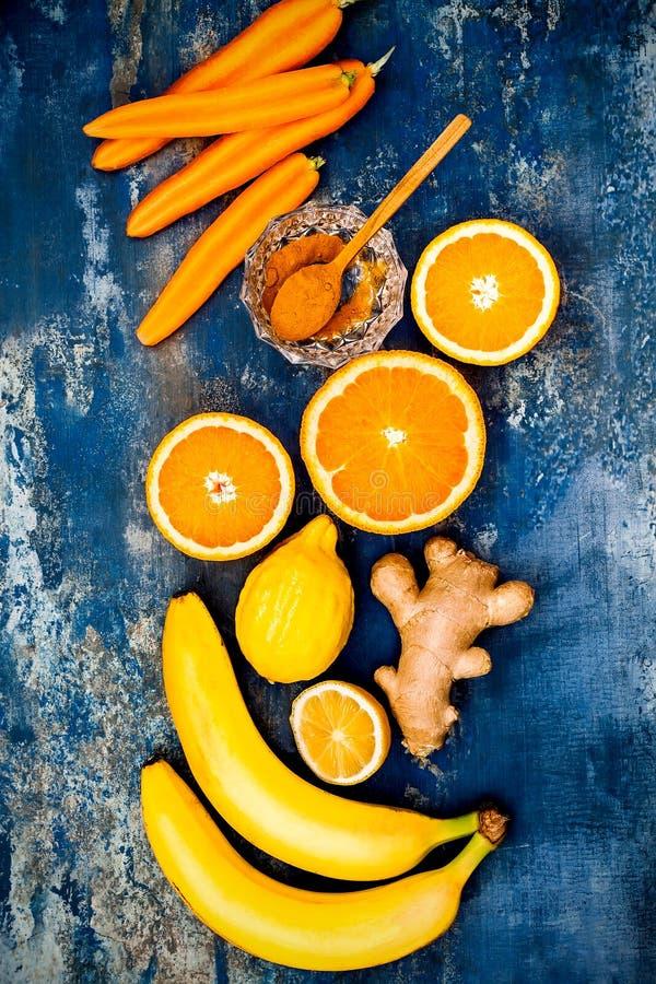 Impulso inmune del jengibre de la zanahoria, smoothie inflamatorio anti con la cúrcuma y miel Bebida del Detox fotos de archivo libres de regalías