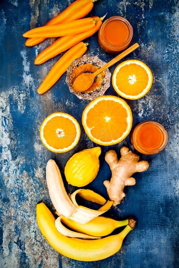Impulso inmune del jengibre de la zanahoria, smoothie inflamatorio anti con la cúrcuma y miel Bebida del Detox imagen de archivo