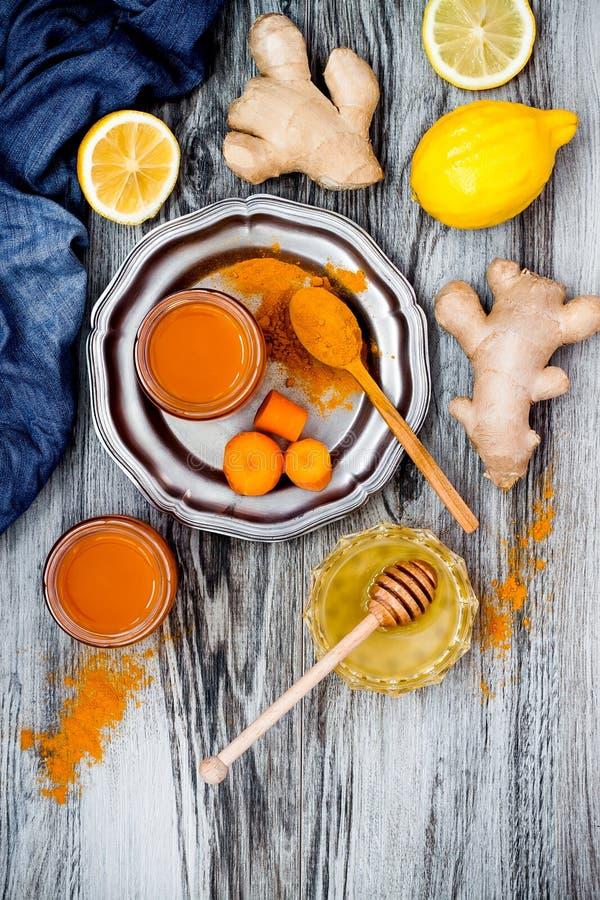 Impulso inmune del jengibre de la zanahoria, smoothie inflamatorio anti con la cúrcuma y miel Bebida del Detox fotografía de archivo libre de regalías