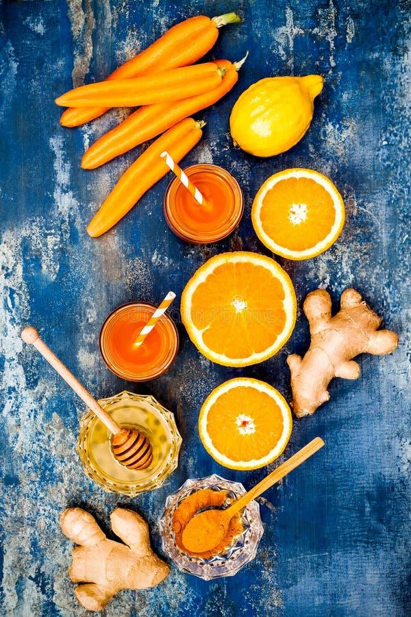 Impulso inmune del jengibre de la zanahoria, smoothie inflamatorio anti con la cúrcuma y miel Bebida del Detox foto de archivo libre de regalías