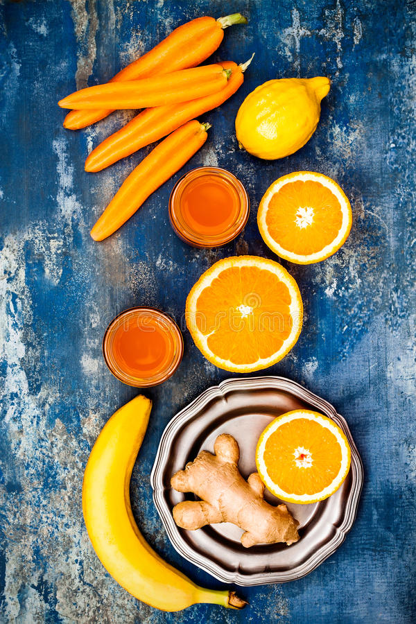 Impulso inmune del jengibre de la zanahoria, smoothie inflamatorio anti con la cúrcuma y miel Bebida del Detox imágenes de archivo libres de regalías