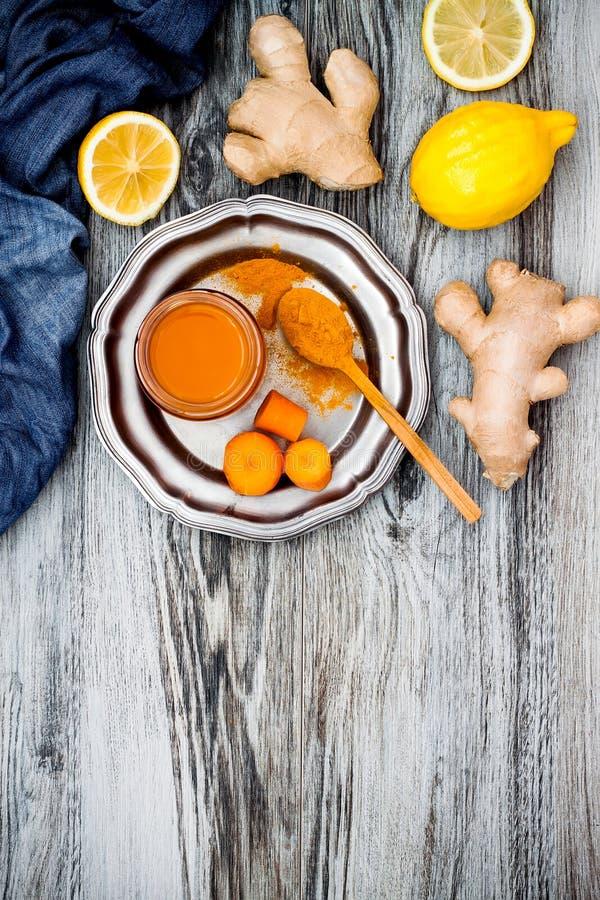 Impulso inmune del jengibre de la zanahoria, smoothie inflamatorio anti con la cúrcuma y miel Bebida del Detox foto de archivo