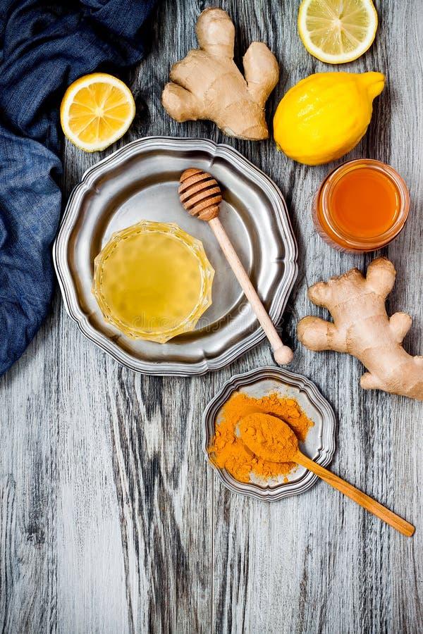 Impulso inmune del jengibre de la zanahoria, smoothie inflamatorio anti con la cúrcuma y miel Bebida del Detox imagenes de archivo