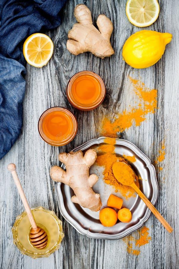 Impulso inmune del jengibre de la zanahoria, smoothie inflamatorio anti con la cúrcuma y miel Bebida del Detox fotos de archivo