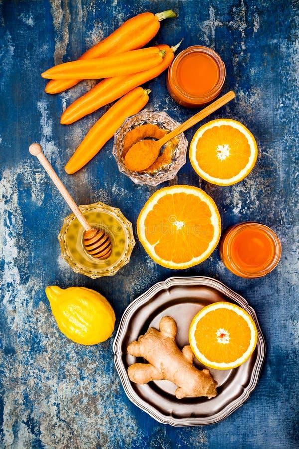 Impulso inmune del jengibre de la zanahoria, smoothie inflamatorio anti con la cúrcuma y miel Bebida del Detox fotografía de archivo