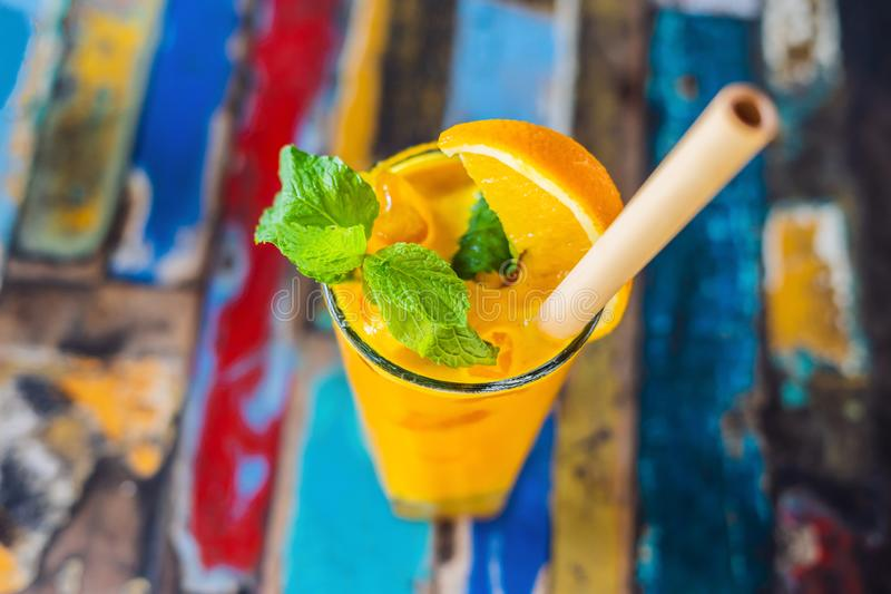 Impulso inmune, smoothie inflamatorio anti con la naranja y cúrcuma Bebida del jugo de la mañana del Detox, consumición limpia fotos de archivo libres de regalías