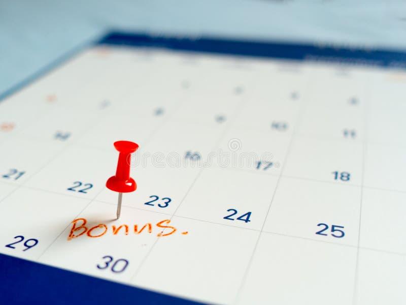 Impulso vermelho do pino no dia 30 do mês do fim no calendário branco Marque este dia como a data do bônus imagens de stock royalty free