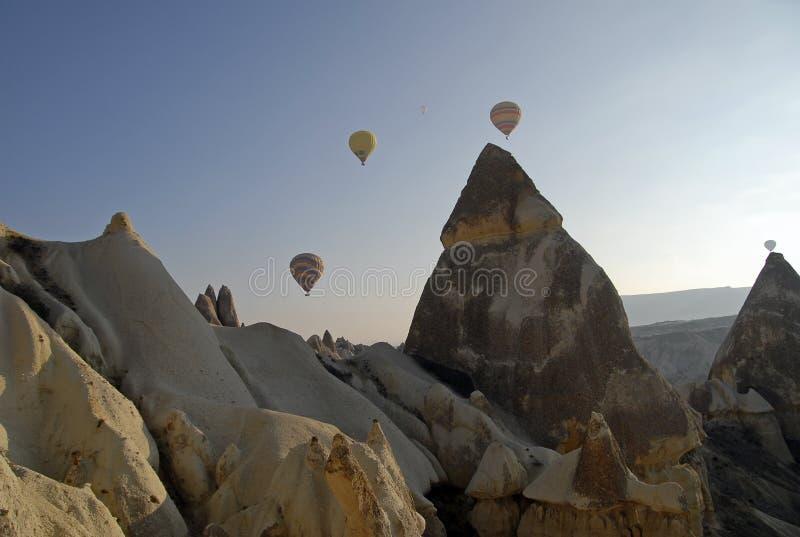 Impulsos del aire caliente que vuelan en el cielo de Cappadocia. foto de archivo