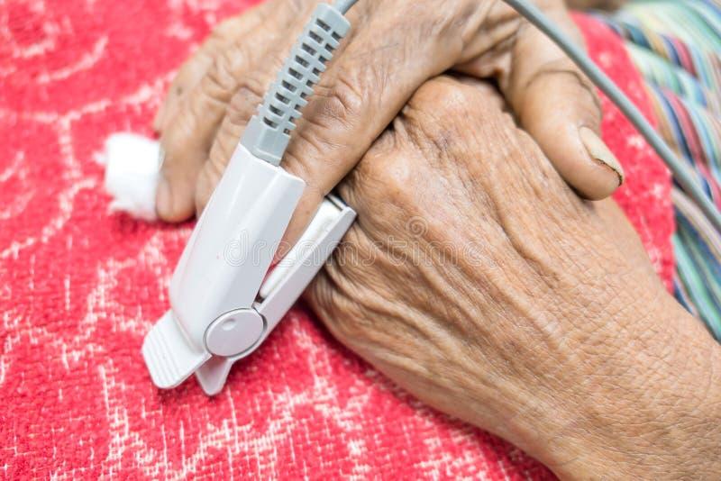 Impulsoximeter in een mannelijke geduldige vingertop van ` s in het ziekenhuis stock fotografie