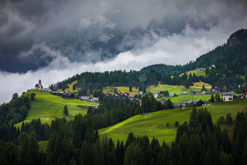 Imressive dolomitów góry i tradycyjne wioski Północ Włochy obraz stock