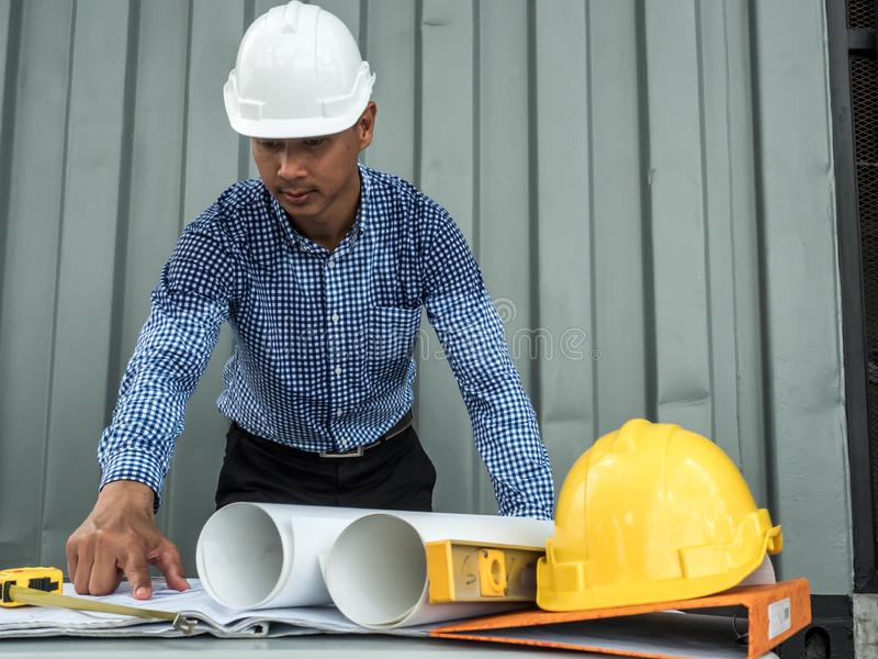 Inżynier i pracownicy dyskutuje projekt nowy budynek architektów Azjatyccy ludzie na budowa czeka biznesie i dokumentach fotografia royalty free