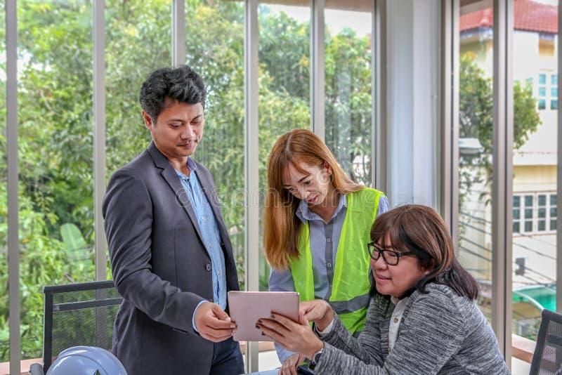 Inżynierii drużyna planuje wydarzenie z radością Grupa inżyniery dyskutuje pracę w pokoju konferencyjnym przy biurem ludzie azjat obrazy royalty free