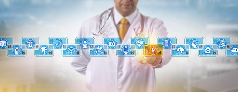 Início de uma sessão Blockchain do doutor Accessing Male Patient imagens de stock