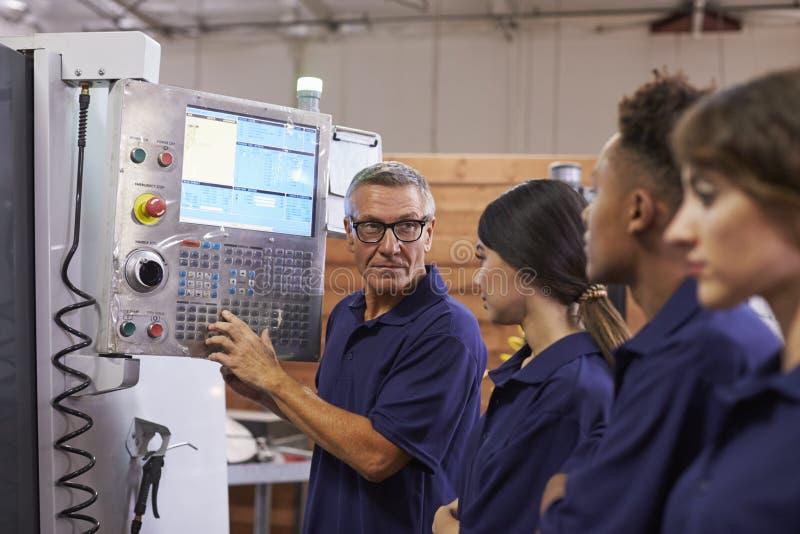 Inżynierów Stażowi aplikanci Na CNC maszynie obrazy stock