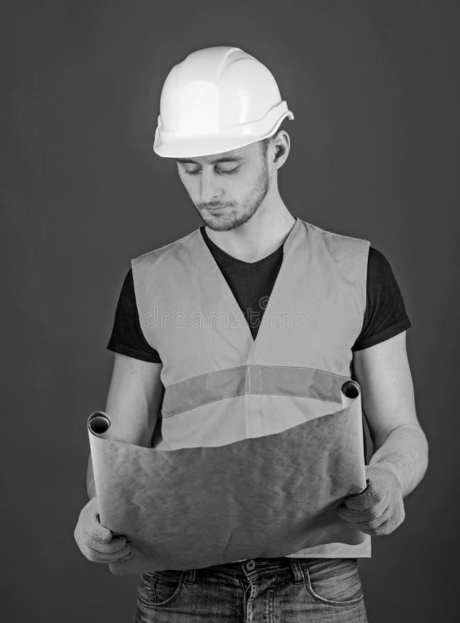 Inżynier, architekt, robotnik, budowniczy na surowej twarzy trzyma starego projekt w rękach 3d pojęcia inżynierii wysokość odpłac obraz stock