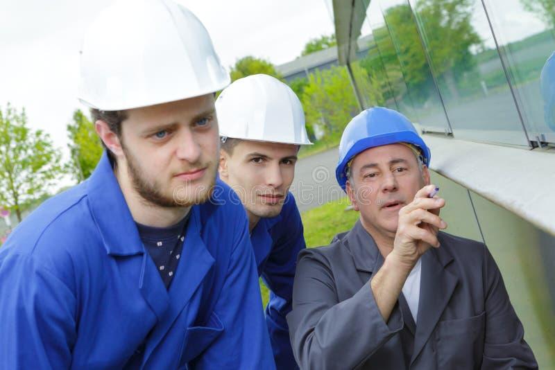 Inżynier iść nad projektami z 2 uczniami zdjęcia stock