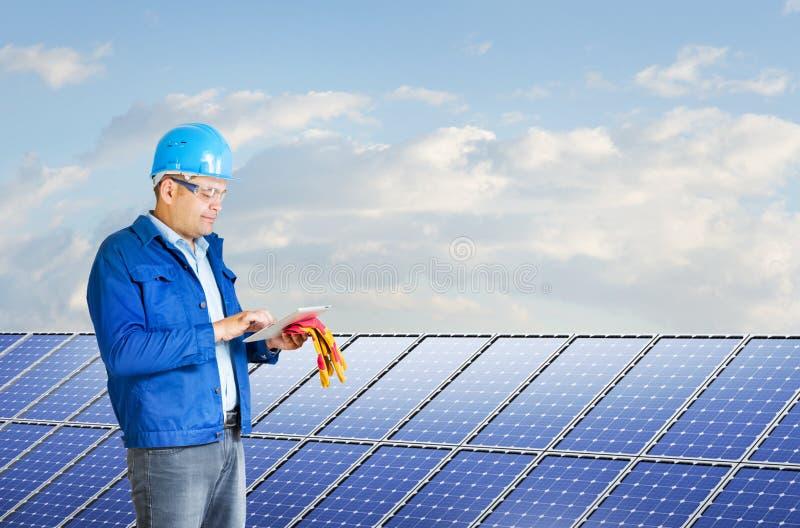Inżynier instaluje panel słoneczny zdjęcie stock