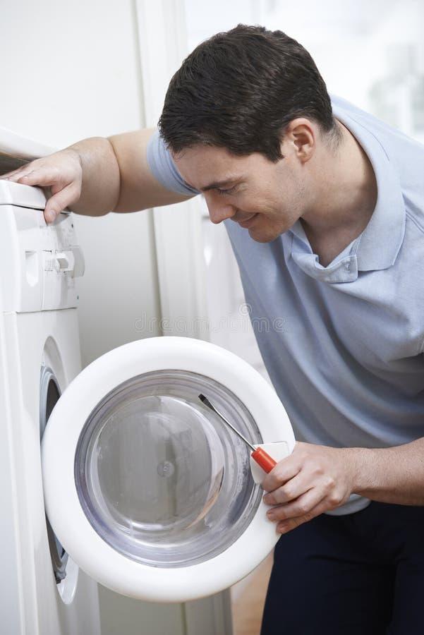Inżynier Naprawia Domową pralkę obrazy stock