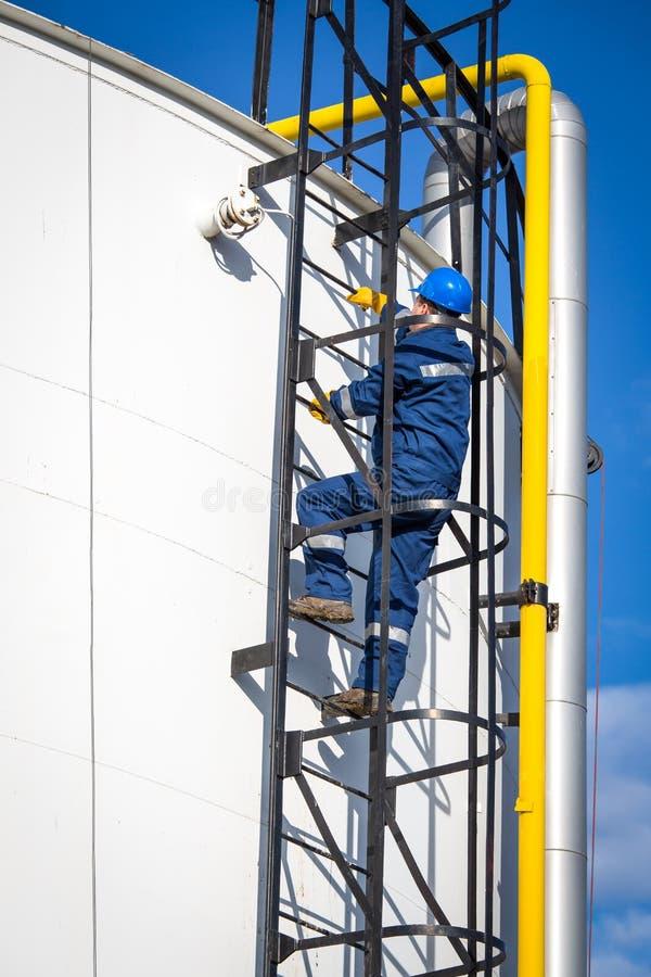 Inżynier praca w rafinerii ropy naftowej obrazy royalty free