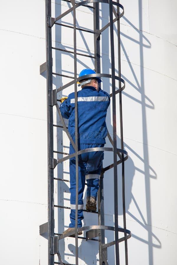 Inżynier praca w rafinerii ropy naftowej obraz royalty free