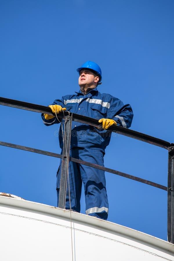 Inżynier praca w rafinerii ropy naftowej obrazy stock