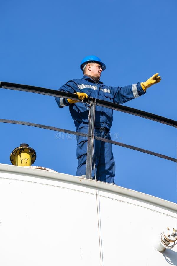 Inżynier praca w rafinerii ropy naftowej zdjęcia stock