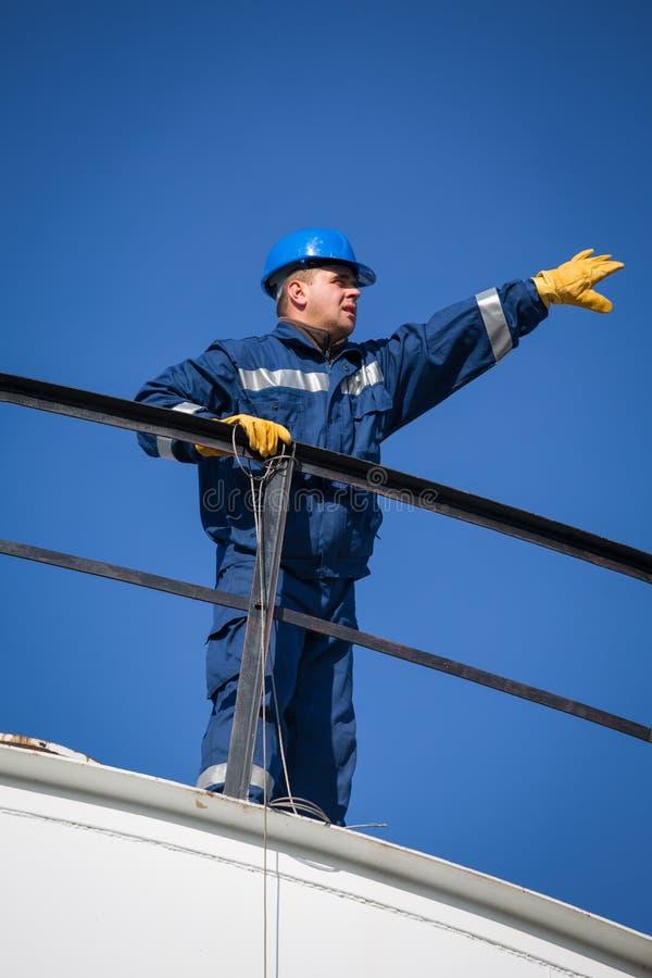 Inżynier praca w rafinerii ropy naftowej zdjęcie stock