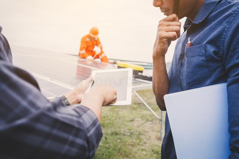 inżynier pracuje na instalować panelu słonecznego; operacja energii słonecznej roślina mądrze operatorem zdjęcia stock