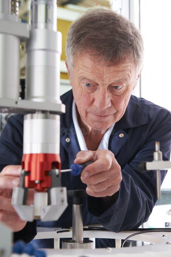 Inżynier Pracuje Na maszynie W fabryce zdjęcia royalty free