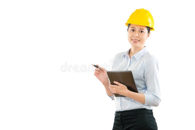 Inżynier trzyma cyfrową pastylkę z kapeluszową ręką obraz royalty free
