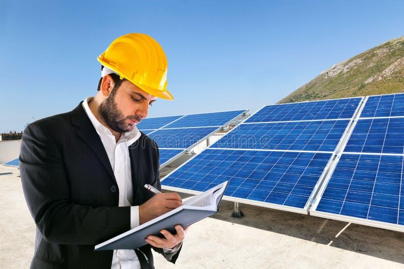 Inżynier z dużymi panel słoneczny na tle obrazy royalty free