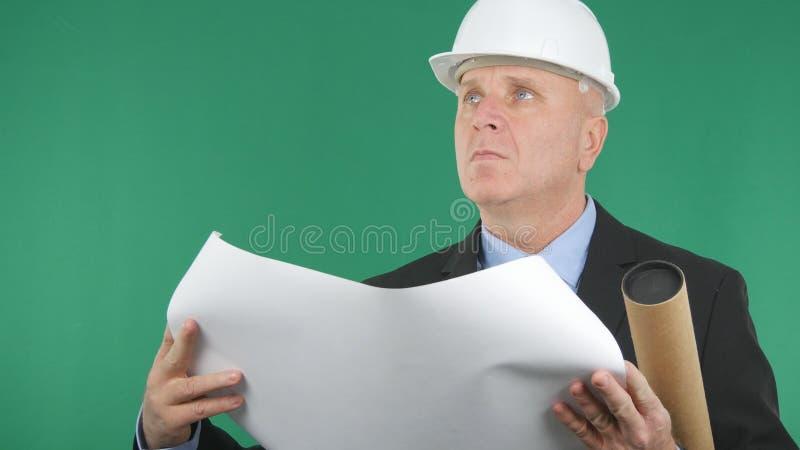 Inżynier z Technicznym projektem Otwartym w rękach Przyglądających W górę zdjęcia stock